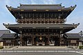 Founder's Hall gate of Higashi-Honganji Temple, Kyoto, Japan.jpg