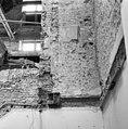 Fragmenten van venster in zuidwand van de voormalige binnenplaats - Delft - 20048999 - RCE.jpg