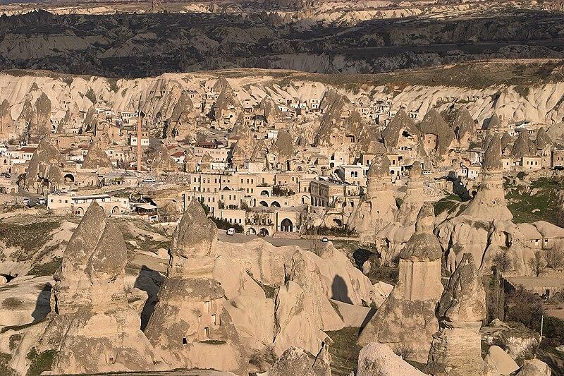 Dosya:Göreme Valley in Cappadocia.jpg