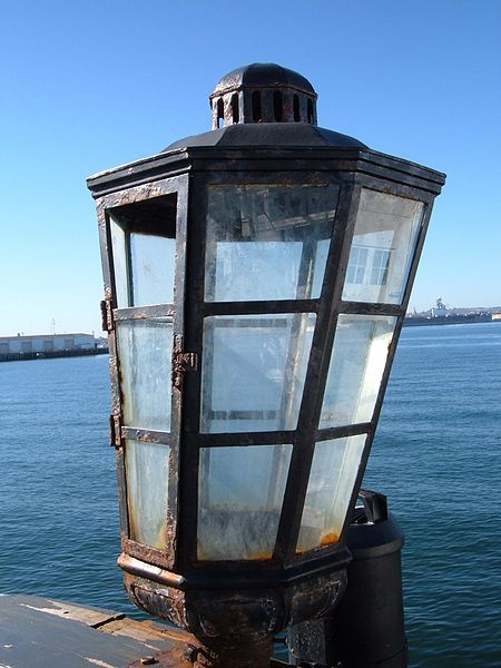 450px-HMS_Surprise_%28replica_ship%29_stern_lantern.JPG