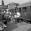 HUA-166730-Afbeelding van een kruier op het perron van het N.S.-station Arnhem te Arnhem.jpg