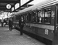 HUA-171412-Afbeelding van een internationale trein uit Parijs langs het perron van het NS station Leiden te Leiden.jpg