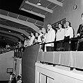 Het koninklijk paar bij de ontvangst in het Wilhelminastadion in Oranjestad op A, Bestanddeelnr 252-3974.jpg