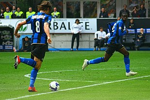 Zlatan Ibrahimović e Mario Balotelli in azione con la maglia nerazzurra