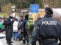 Immigranten beim Grenzübergang Wegscheid (22723861699).jpg