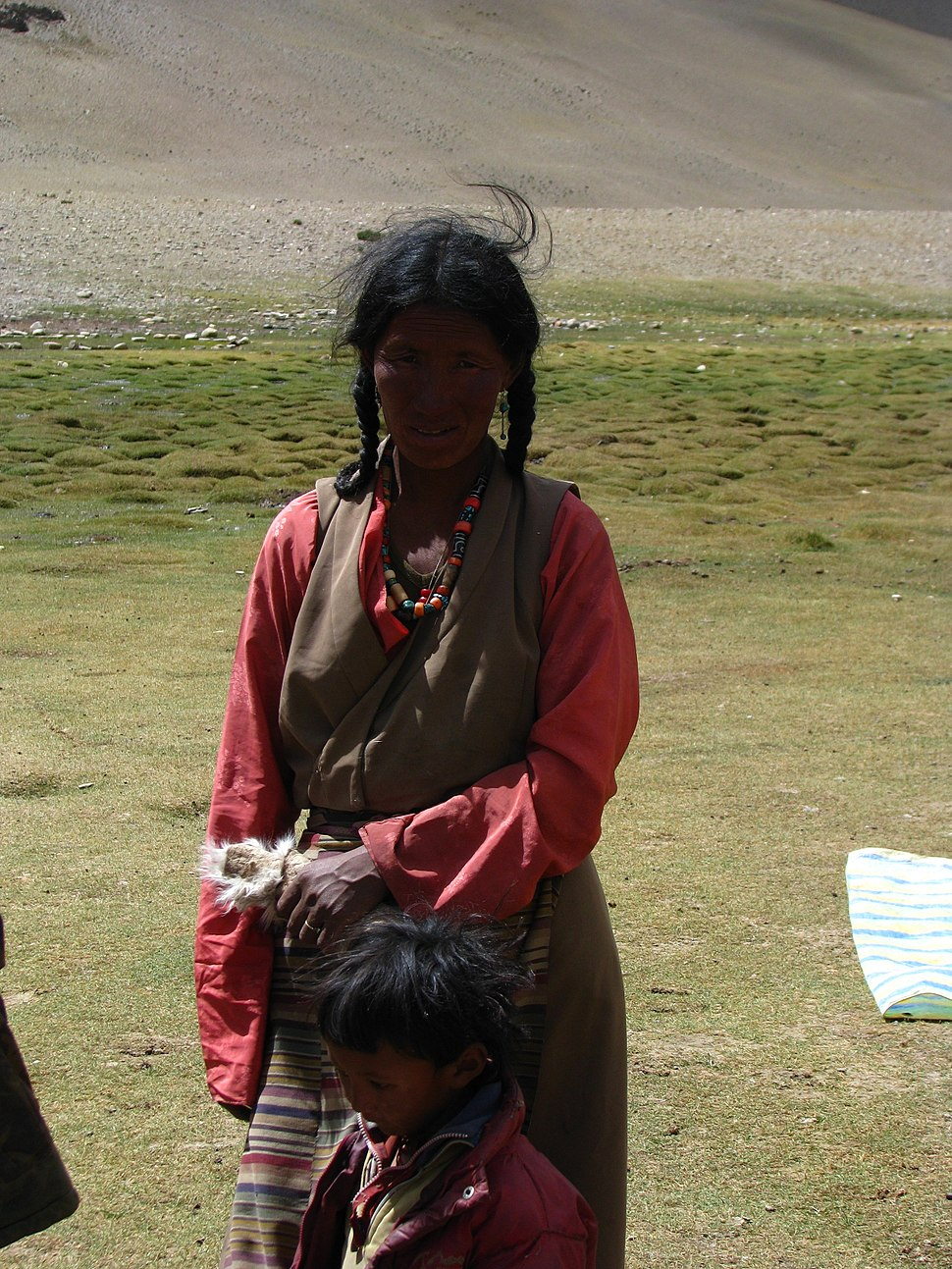 India - Ladakh - Trekking - 063 - shy, but curious nomad woman and her daughter (3896140728)