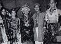 Indonesian actors in traditional clothing, Film Varia 2.4 (April 1955), p17.jpg