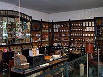 Inneres einer historischen Apotheke.jpg