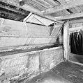 Interieur, paardenstal met hoge voederbakken en ruiven - Elst - 20002812 - RCE.jpg