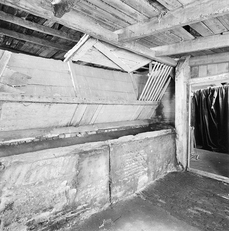 Boerderij, dwarshuis, laag gebouw met zadeldak in topgevels eindigend in Elst Ut   Monument