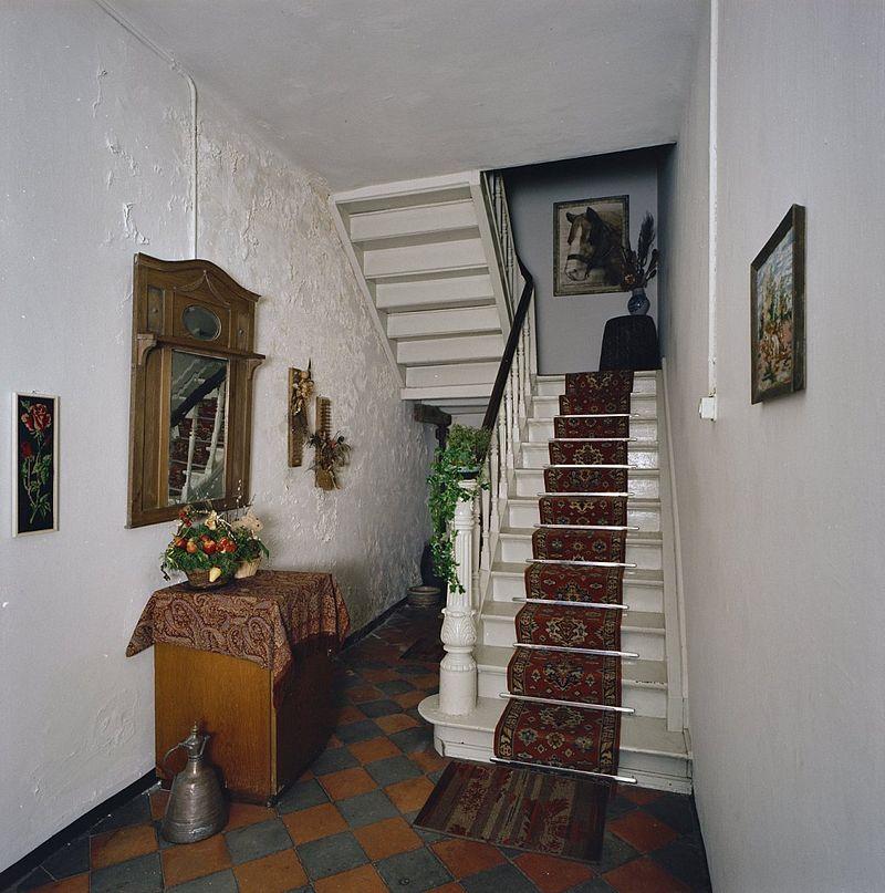 Hoeve van baksteen om gesloten binnenplaats untgevel met vlechtingen en anker woonhuis met - Gang met trap ...