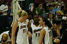 Conversation lors d'un temps mort entre Lauren Jackson (no 15) et Sue Bird (no 10)