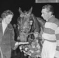Jan Wagenaar jr. en echtgenote bij het paard, Bestanddeelnr 918-3333.jpg
