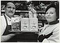 Janneke en Ton Everts met een Zandhaasblikjes (koekjes) in hun Santpoortse bakkerij. NL-HlmNHA 54050172.JPG