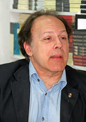 Javier Marías - Image: Javier Marías (Feria del Libro de Madrid, 31 de mayo de 2008)