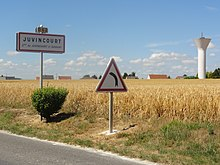 Juvincourt-et-Damary (Aisne) city limit sign and water tower.JPG
