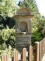 Kaschi (86) Sandsteinkreuz, Denkmalliste Overath. Geschützt in privatem Garten.jpg