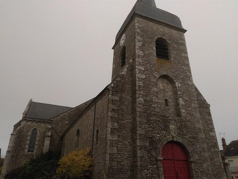 Photo de la façade ouest de l'église d'Allaire ou se situe l'entrée principal.