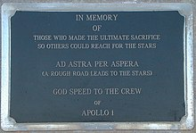 "Une plaque en marbre noir, sur laquelle on peut lire ""In memory of those who made the ultimate sacrifice so others could reach for the stars. AD ASTRA PER ASPERA (A rough road leads to the stars). God speed to the astronauts of Apollo 1."