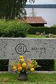 Le Jour ni l'Heure 0048 tombeau du peintre Carl Larsson, 1853-1919, avec son monogramme, cimetière de Sundborn, Dalécarlie (Dalarna), Suède, dimanche 8 août 2010, 163547.jpg