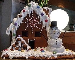 Lebkuchenhaus mit Zuckerguß und Schneemann