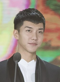 Lee Seung-gi at 32nd Golden Disc Awards, 10 January 2018.jpg