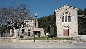 Beaumettes - The village of Beaumettes, with the church to the right