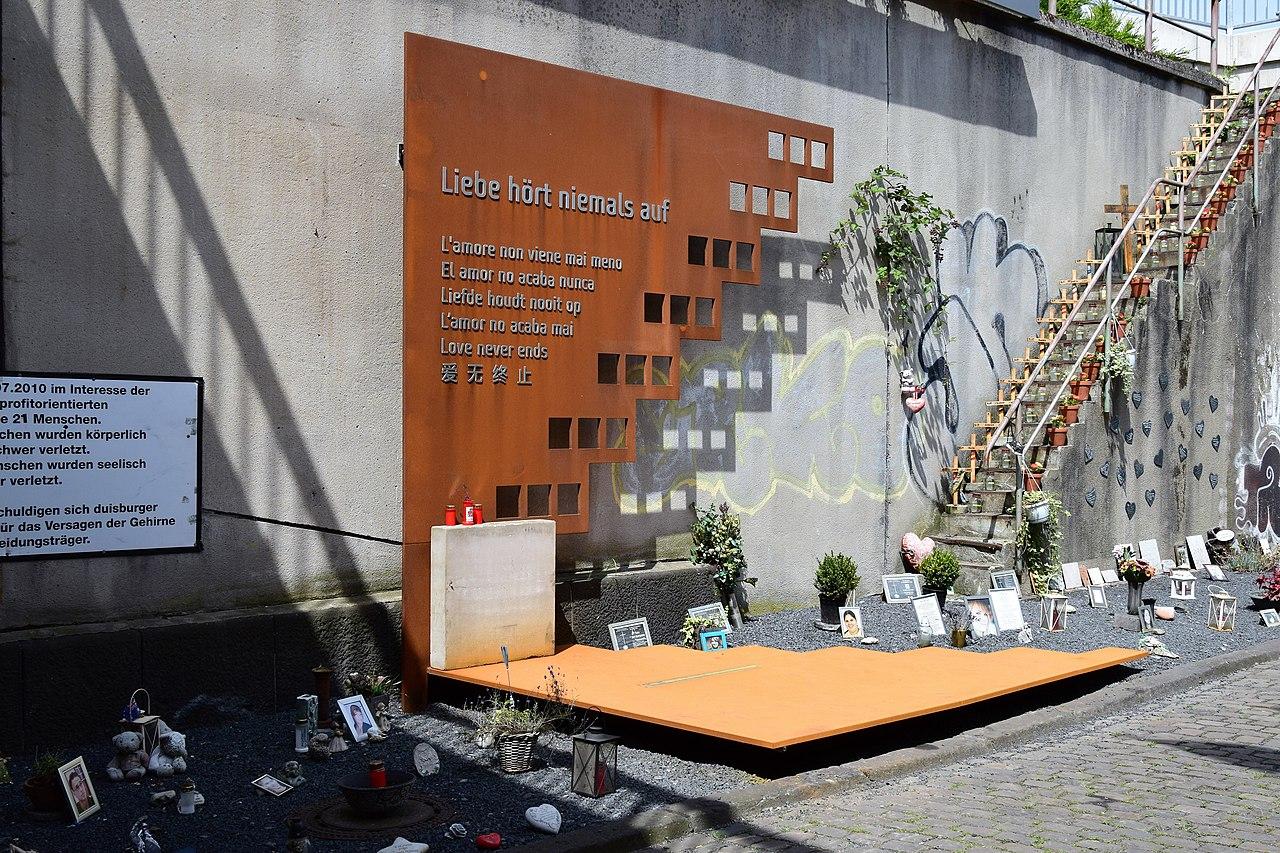 Loveparade Gedenkstätte (28218836695).jpg