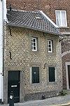 foto van Eenvoudig huisje met lijstgevel.