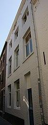 foto van Huis met lijstgevel, met hardstenen kozijnen waaruit de kruisen,resp. middenstijlen verdwenen zijn.