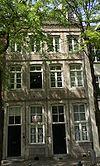 foto van Huis met lijstgevel. Gevelsteen met versterkte stad IN HET KASTEEL VAN LIMBURG ( 1764 ).