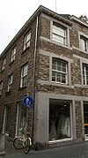 foto van Huisje met lijstgevel, voorzien van segmentboogvensters in Naamse steen.