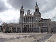 Main facade of Almudena Cathedral, 2013 - 02.JPG