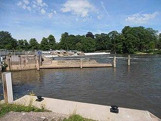 Mapledurham Lock - Image: Mapledurham Weir (geograph 4018257)