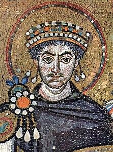 Giustiniano raffigurato su un mosaico in San Vitale a Ravenna