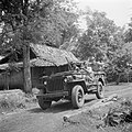 Met een jeep op weg naar Depok. Rechts achterin 1e luitenant Dunki Jacobs, Bestanddeelnr 255-6824.jpg