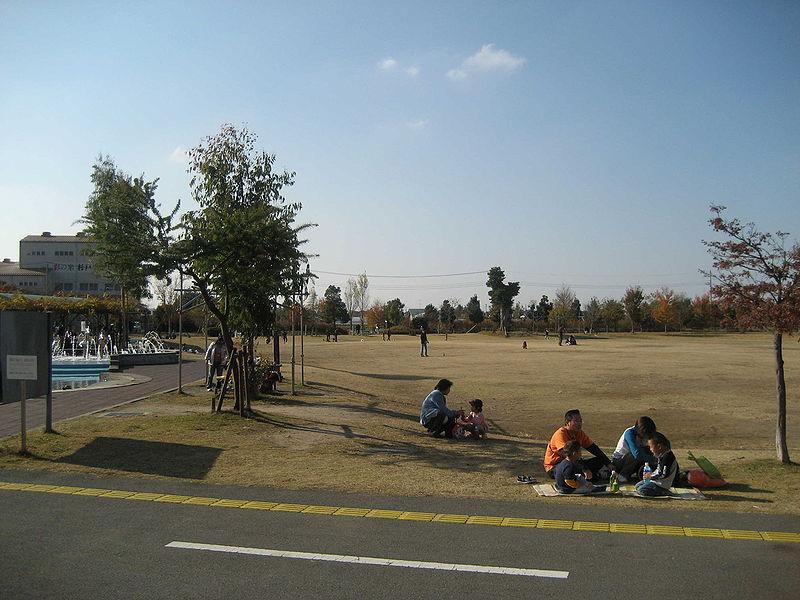File:Michinoeki aguri-park yume-sugito hiroba.jpg