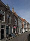 foto van Huis met geverfde rechte gevel met gootlijst op klossen