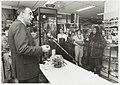 Minister Jan Pronk op bezoek in de solidariteitswinkel. NL-HlmNHA 54035157.JPG