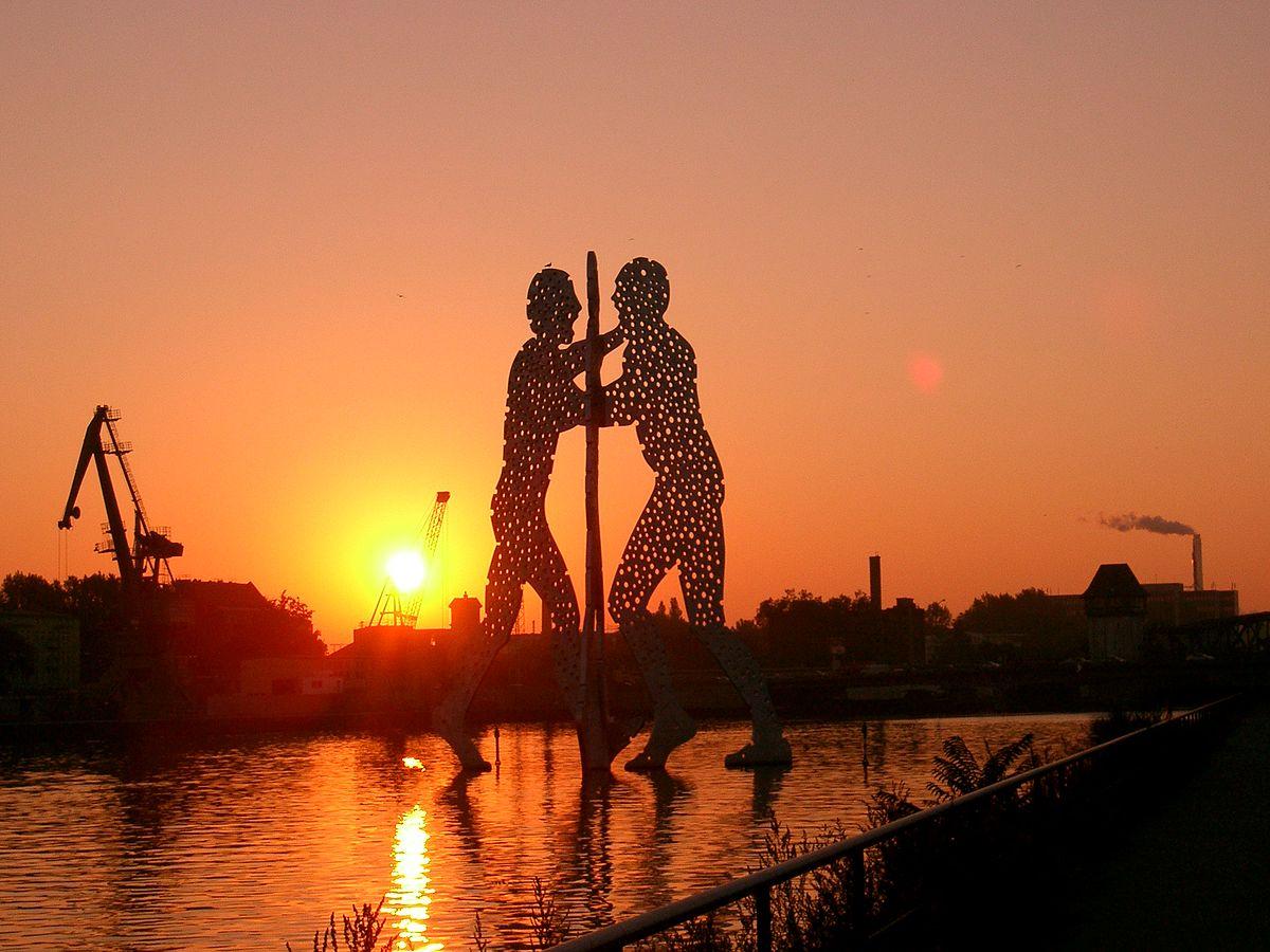Molecule Men sun rise.jpg