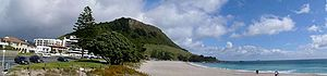 Mount Maunganui (mountain) - Panorama of the mountain and the Main Beach