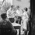 Muziekanten bij de ingang van een wijnbedrijf, Bestanddeelnr 254-3895.jpg