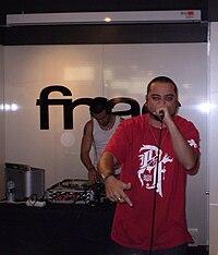 Nach presentando su último disco Un Día en Suburbia, en la FNAC de Murcia, año 2008. Detrás, a los platos, Dj Joaking.
