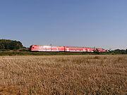 Lok der Baureihe 218 vor einem Doppelstockwendezug