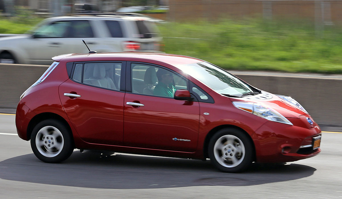 https://upload.wikimedia.org/wikipedia/commons/thumb/8/89/Nissan_Leaf_on_Cross_Island_Parkway_cropped.jpg/1200px-Nissan_Leaf_on_Cross_Island_Parkway_cropped.jpg