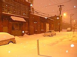 Ogden Street en Norda Filadelfio sur neĝa nokto.