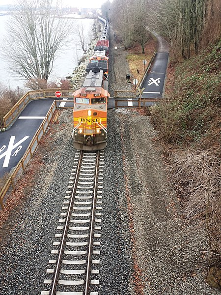 File:Oil train leaving Bellingham - Flickr - brewbooks.jpg