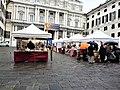 Palazzo Ducale (Genova) con Piazza Matteotti con mercantino.jpg