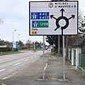 Panneau indiquant Miribel St-Maurice-de-Beynost, Thil, Lyon l'A432 et l'A42 à l'approche d'un rond-point à Beynost.jpg