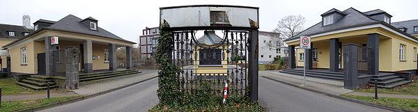"""Früheres Eingangstor der Kaserne Klerken in Köln-Ossendorf, heute Einfahrt zum Wohngebiet """"Ossendorfpark"""""""